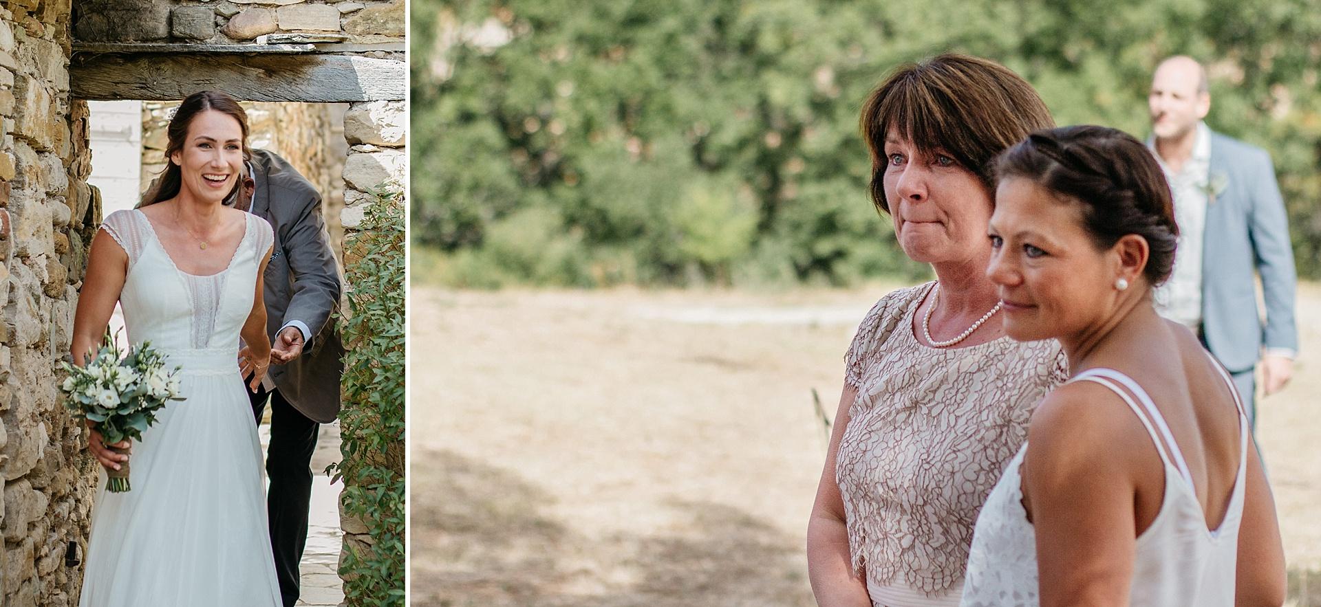 Traumhafte Hochzeit in der Provence. Die Braut wird sehnlichst erwartet. Die Mutter der Braut ist zutiefst gerührt.