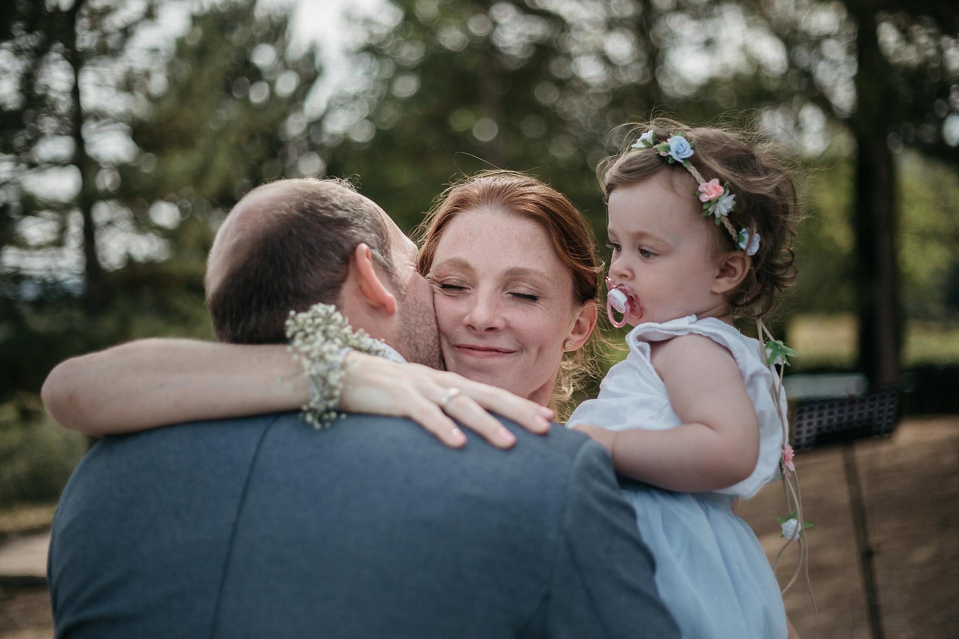Traumhafte Hochzeit in der Provence. Die ersten Gratulanten sind die Trauzeugen.