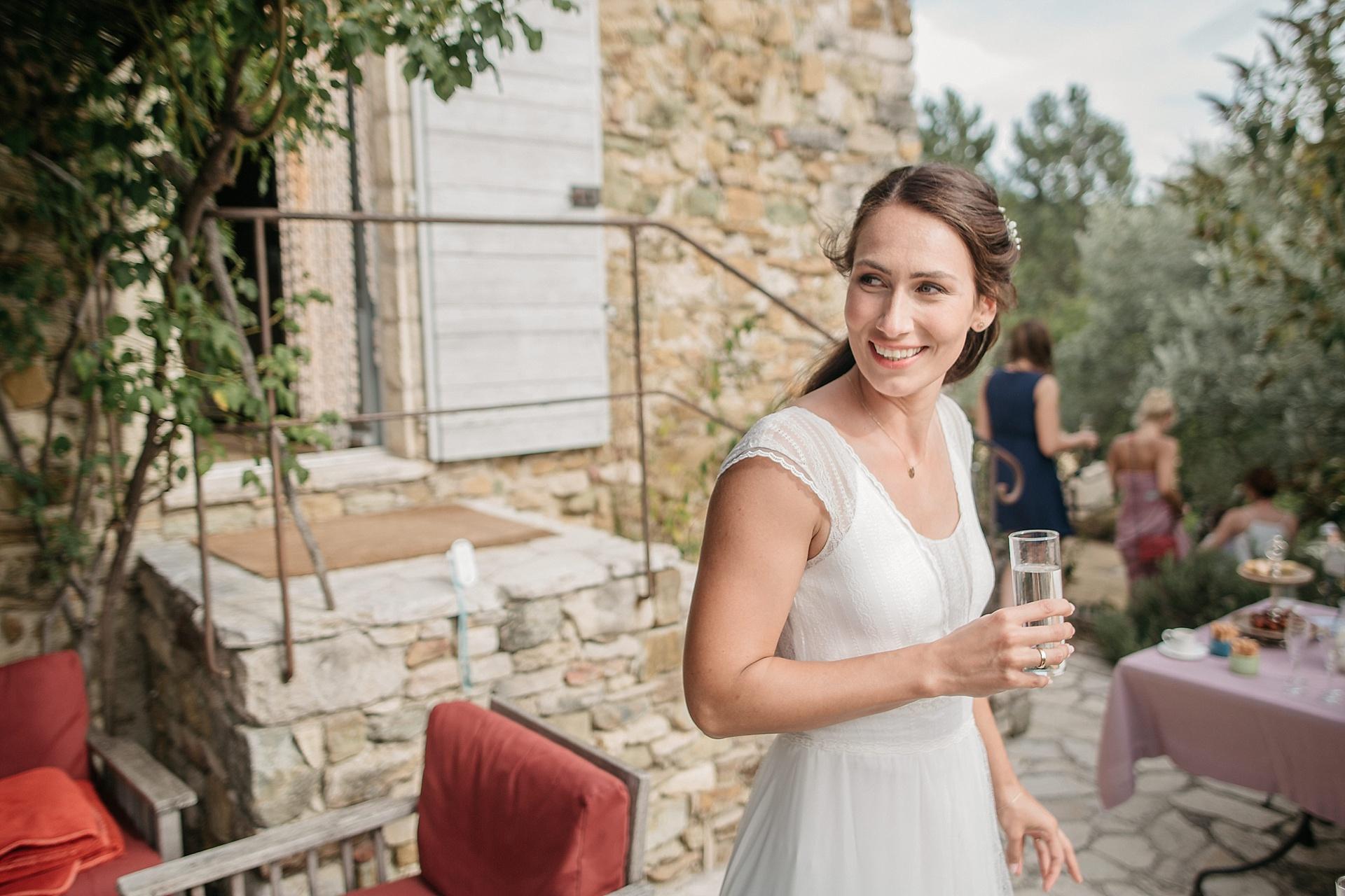 Traumhafte Hochzeit in der Provence. Die strahlende Braut.