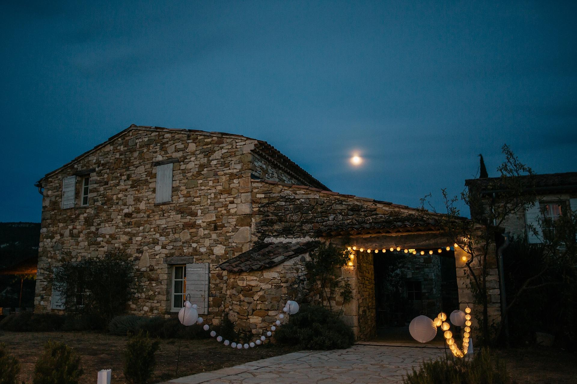 Traumhafte Hochzeit in der Provence. Der Mond erscheint am Abendhimmel. Hameau de Cournille.